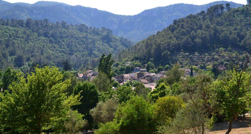 Le village de Belgentier au milieu de la Vallée