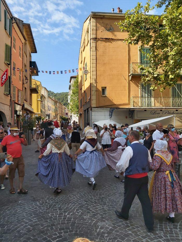 Pour cette première rencontre, le rendez-vous a été donné au château de Solliès-Pont, lieu de départ de l'incontournable défilé dans les rues avec le carrosse de la figue, les chevaux, le groupe folklorique et le cortège.