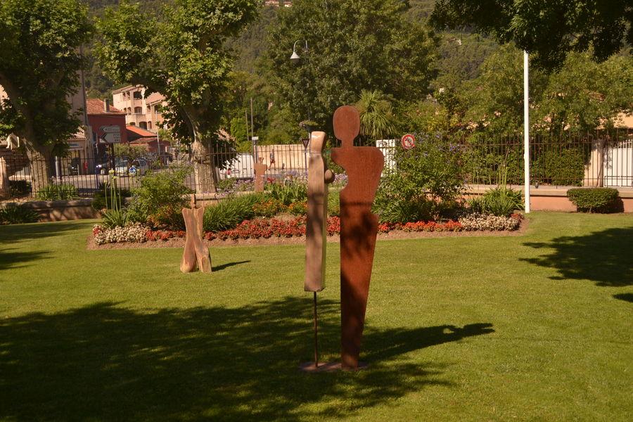Statue dans le parc de solliès-pont